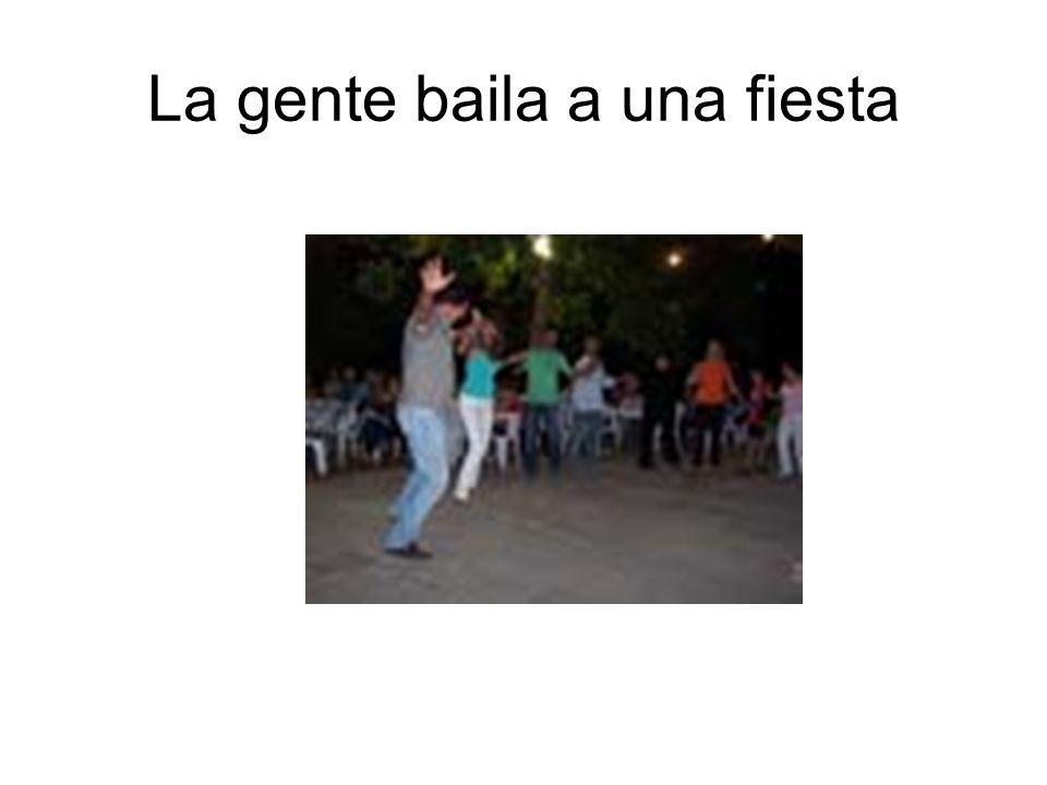 La gente baila a una fiesta