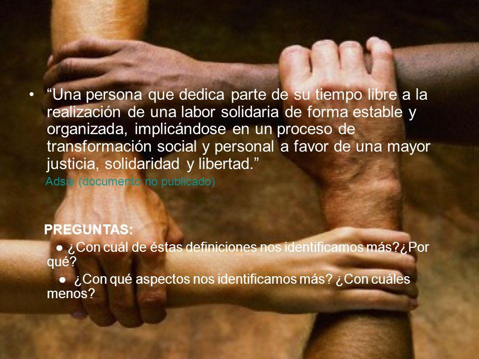 Una persona que dedica parte de su tiempo libre a la realización de una labor solidaria de forma estable y organizada, implicándose en un proceso de t