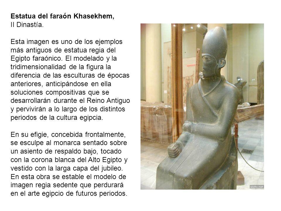 Estatua del faraón Khasekhem, II Dinastía. Esta imagen es uno de los ejemplos más antiguos de estatua regia del Egipto faraónico. El modelado y la tri