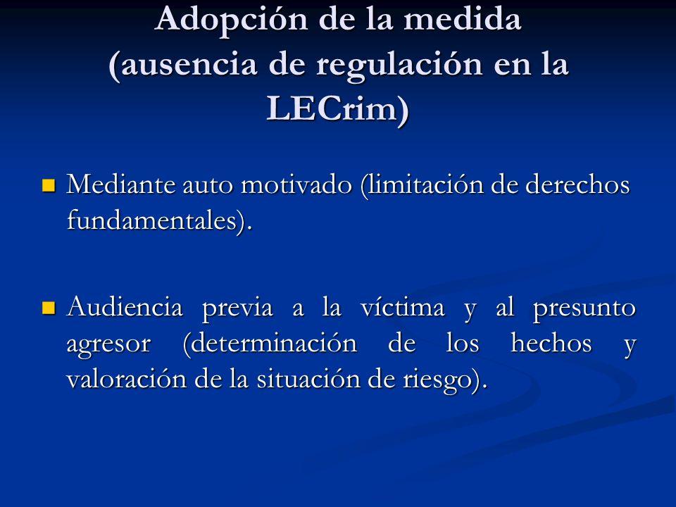 Adopción de la medida (ausencia de regulación en la LECrim) Mediante auto motivado (limitación de derechos fundamentales). Mediante auto motivado (lim