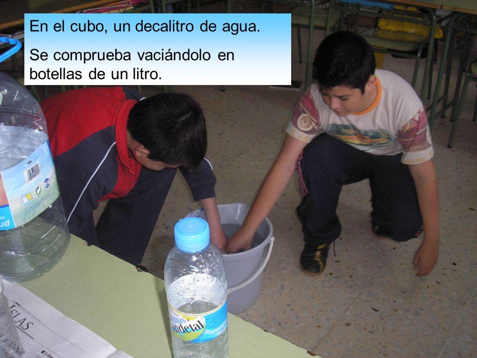 En el cubo, un decalitro de agua. Se comprueba vaciándolo en botellas de un litro.