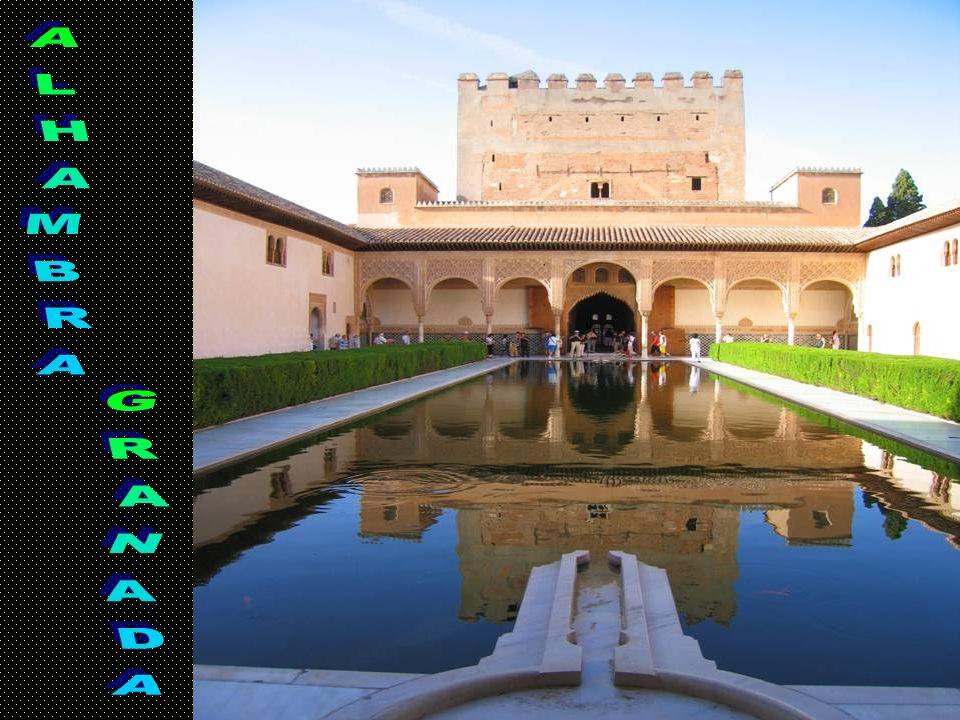 La Alhambra es una ciudad palatina andalusí, en Granada (España).