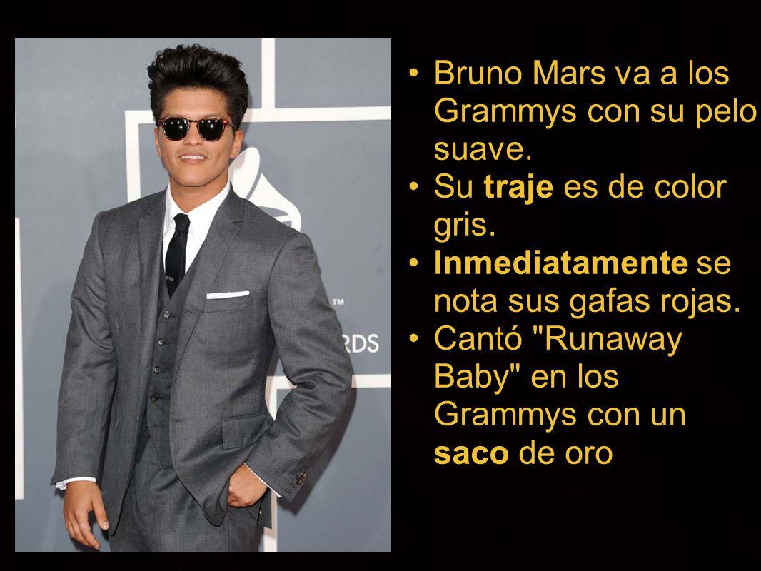 Bruno Mars va a los Grammys con su pelo suave. Su traje es de color
