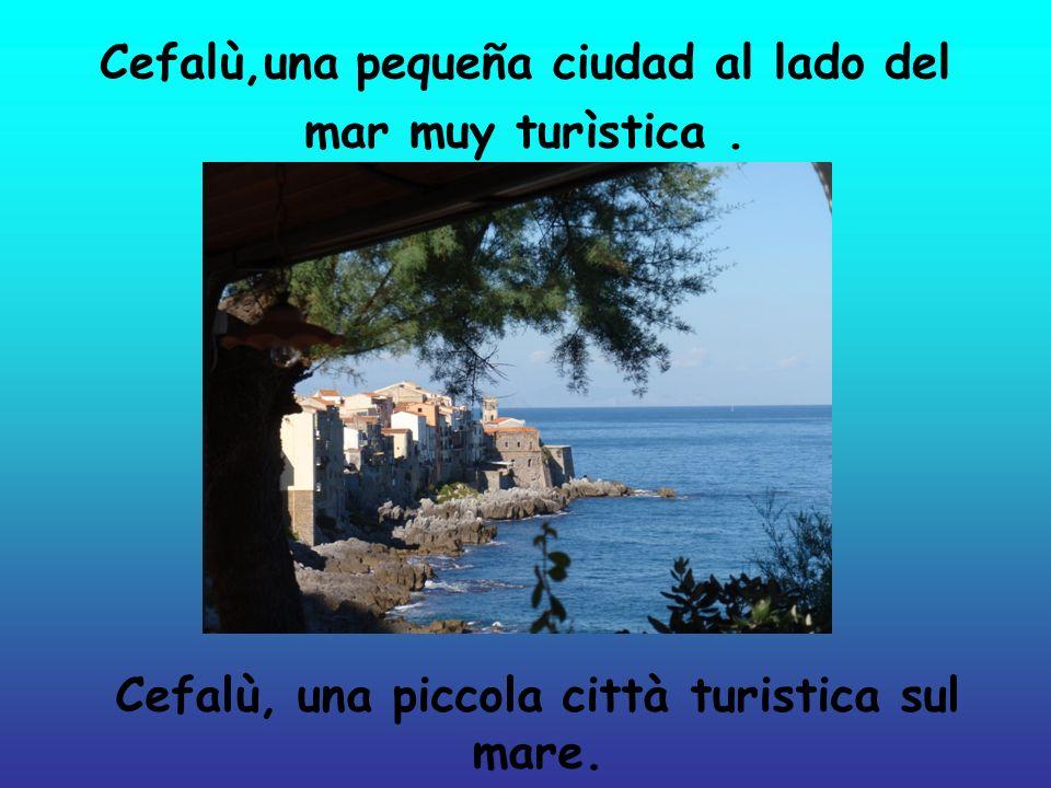 Cefalù,una pequeña ciudad al lado del mar muy turìstica.