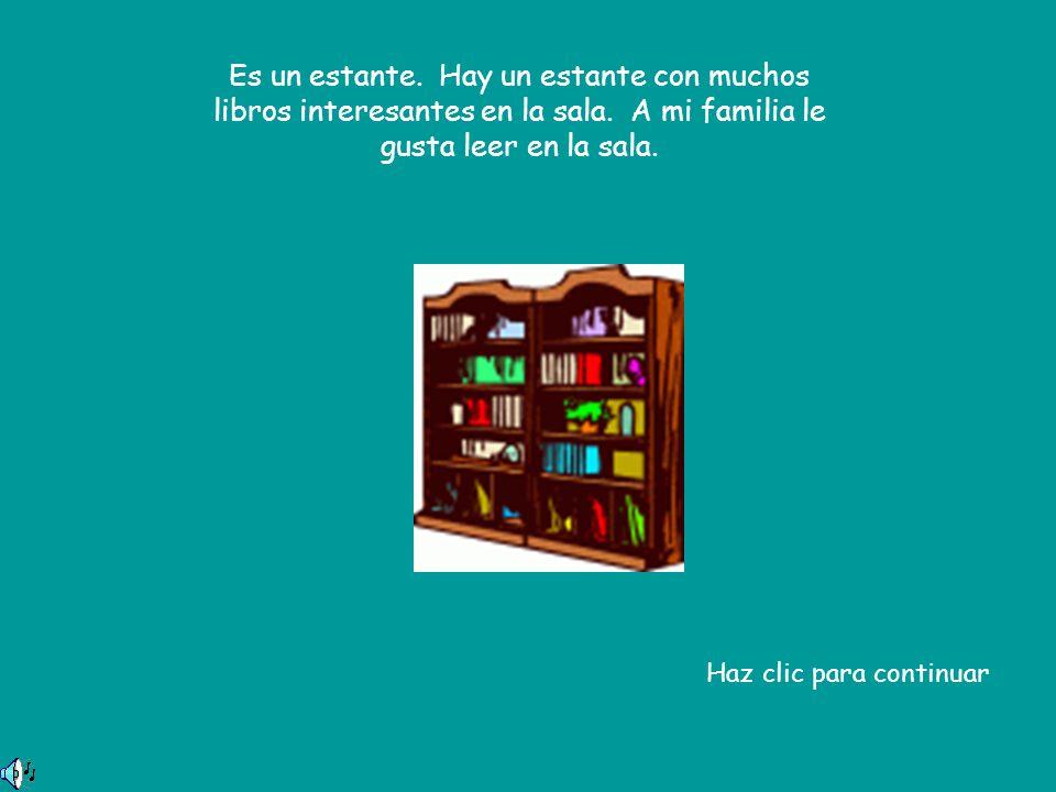 Es un estante. Hay un estante con muchos libros interesantes en la sala.