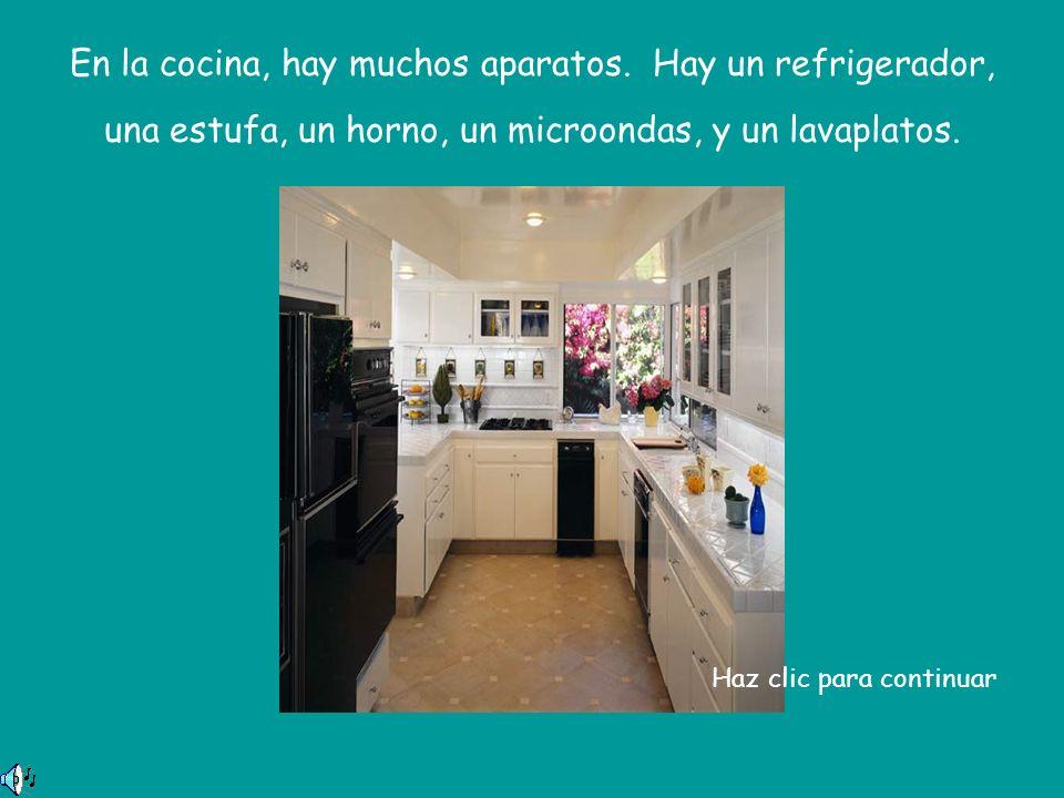 En la cocina, hay muchos aparatos.
