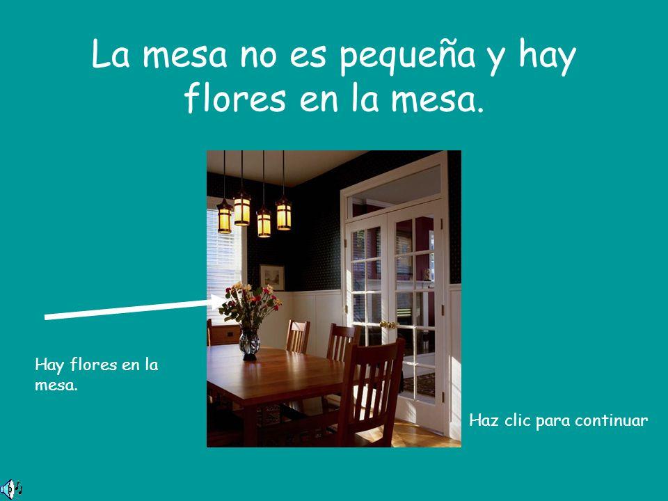 La mesa no es pequeña y hay flores en la mesa. Hay flores en la mesa. Haz clic para continuar