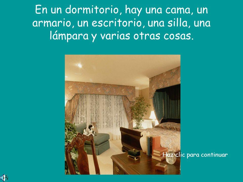En un dormitorio, hay una cama, un armario, un escritorio, una silla, una lámpara y varias otras cosas.