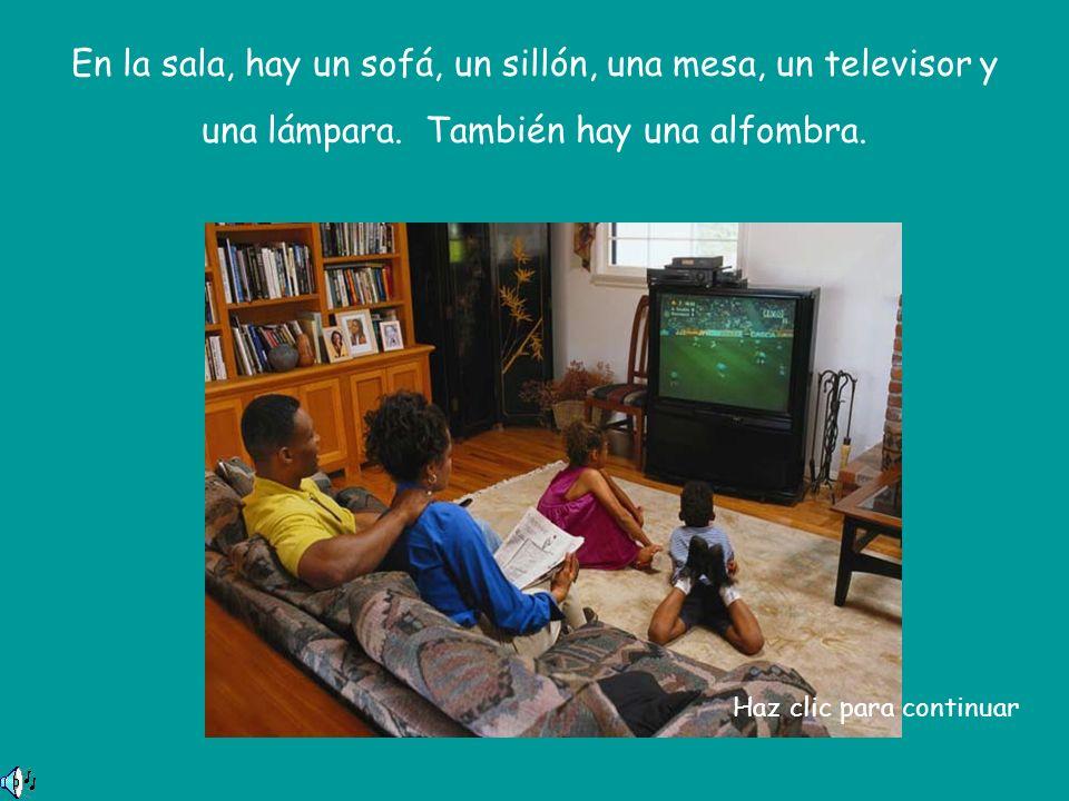 En la sala, hay un sofá, un sillón, una mesa, un televisor y una lámpara.