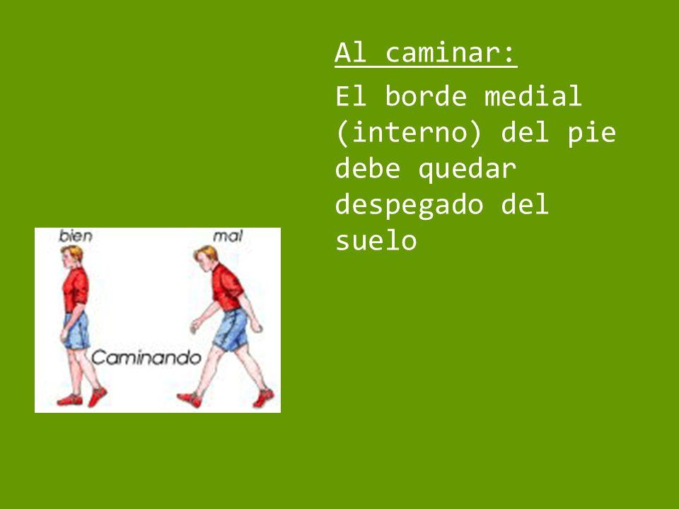 Al caminar: El borde medial (interno) del pie debe quedar despegado del suelo