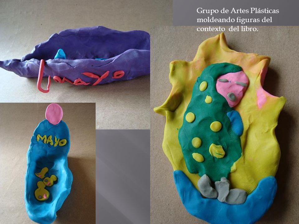 Grupo de Artes Plásticas moldeando figuras del contexto del libro.