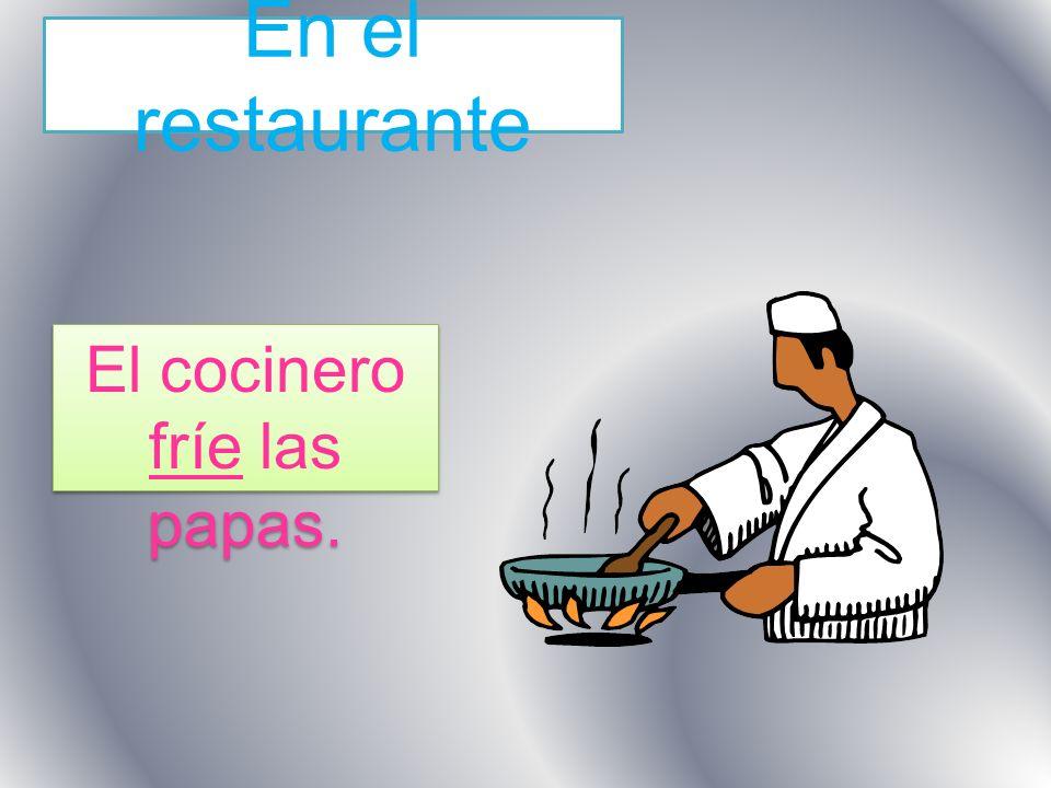 En el restaurante El cocinero fríe las papas.