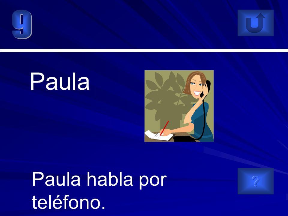 Paula habla por teléfono. Paula