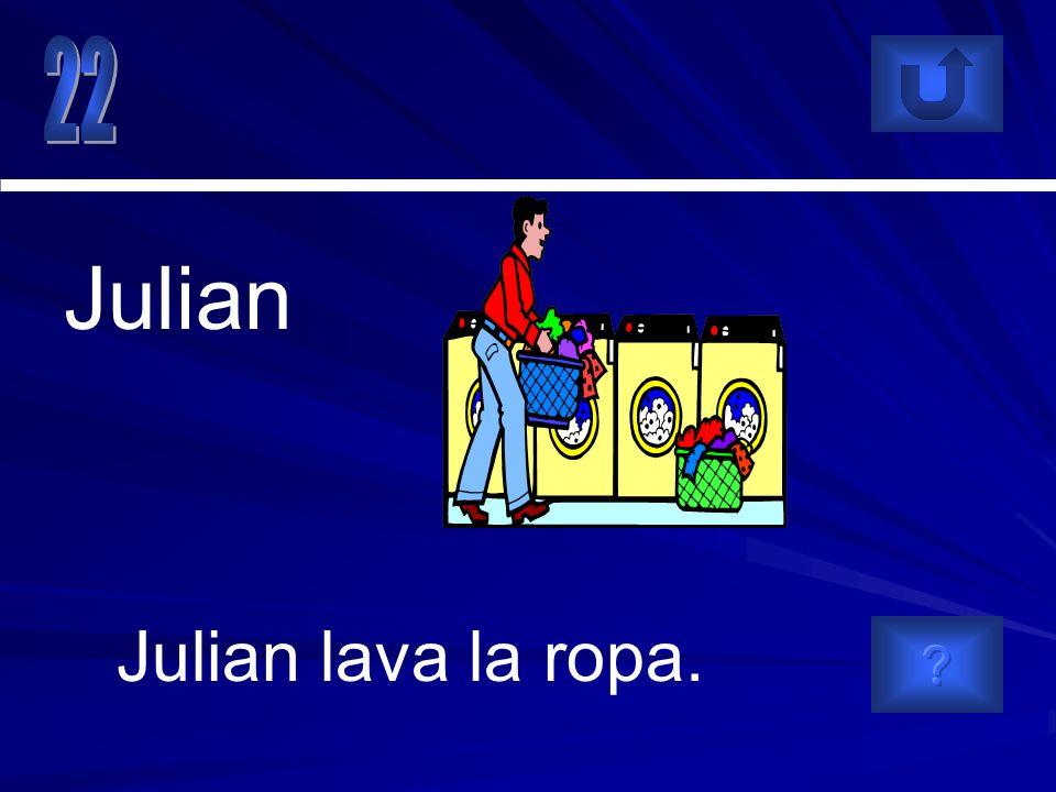 Julian lava la ropa. Julian