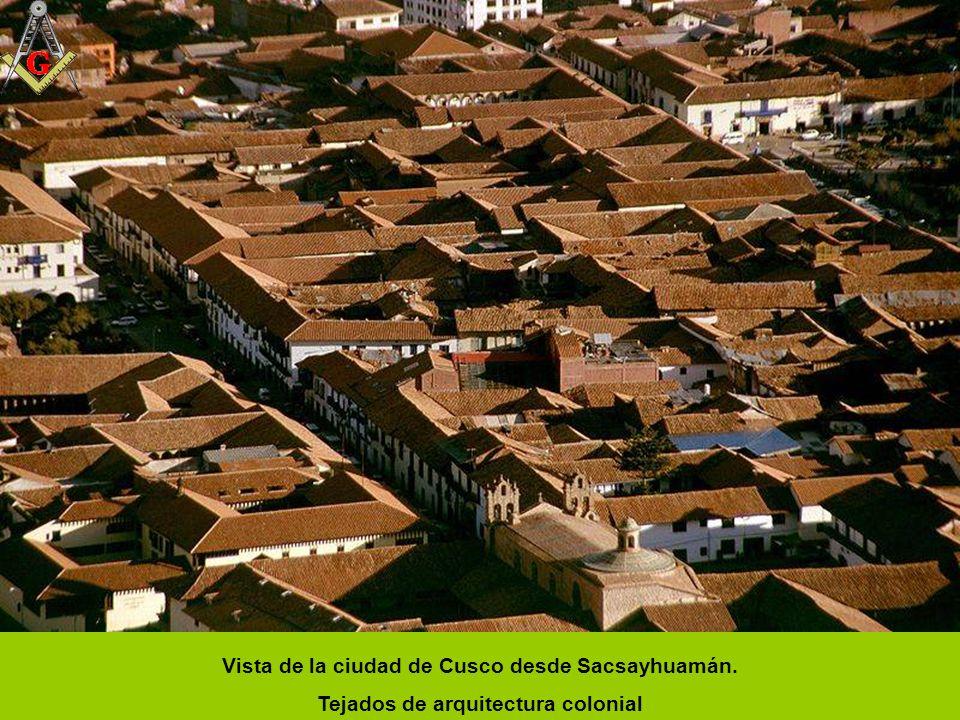 Cusco - Calle Mantas A la derecha se aprecia el campanario de la Iglesia y el convento de la Merced