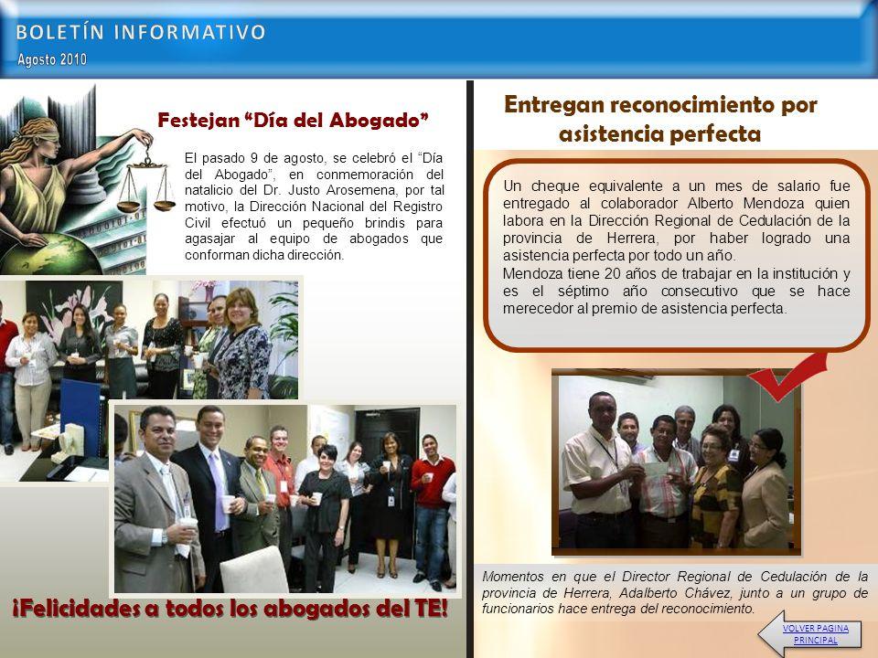 Momentos en que el Director Regional de Cedulación de la provincia de Herrera, Adalberto Chávez, junto a un grupo de funcionarios hace entrega del reconocimiento.