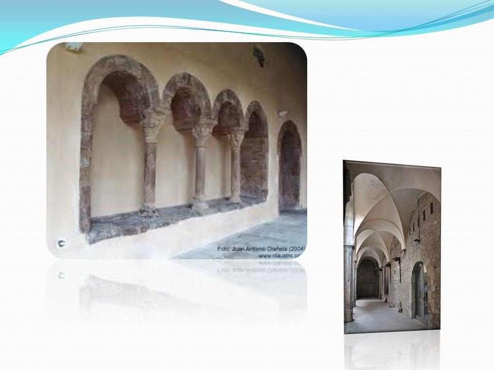 El claustro está situado en la zona sur de la iglesia y conserva las cuatro galerías originales.