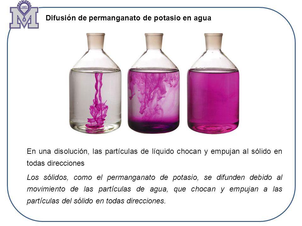 En una disolución, las partículas de líquido chocan y empujan al sólido en todas direcciones Los sólidos, como el permanganato de potasio, se difunden