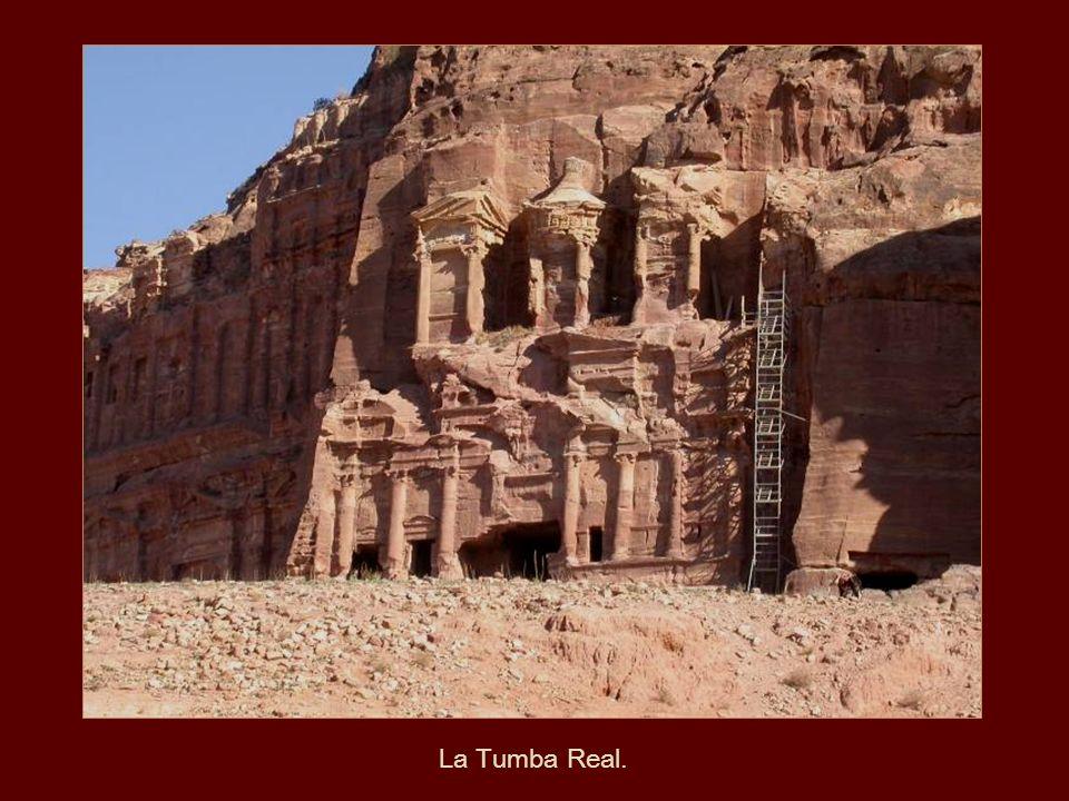 El Palacio es sólo una entre las numerosas y grandiosas construcciones en Petra, todas esculpidas en roca calcárea.