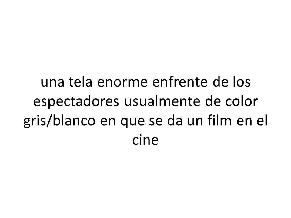 una tela enorme enfrente de los espectadores usualmente de color gris/blanco en que se da un film en el cine