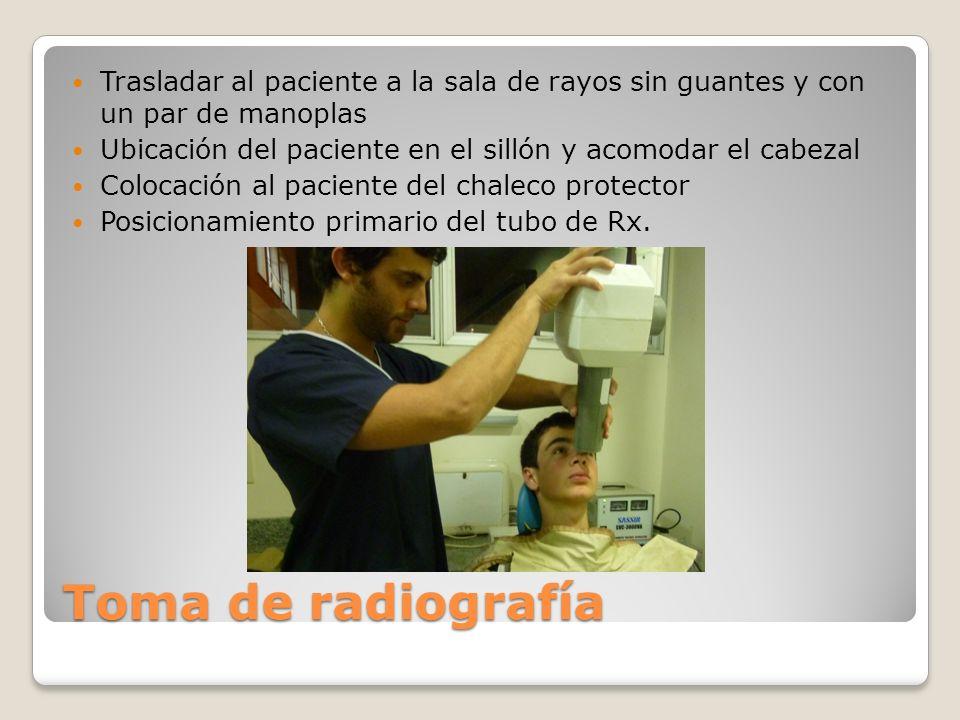 Toma de radiografía Trasladar al paciente a la sala de rayos sin guantes y con un par de manoplas Ubicación del paciente en el sillón y acomodar el ca