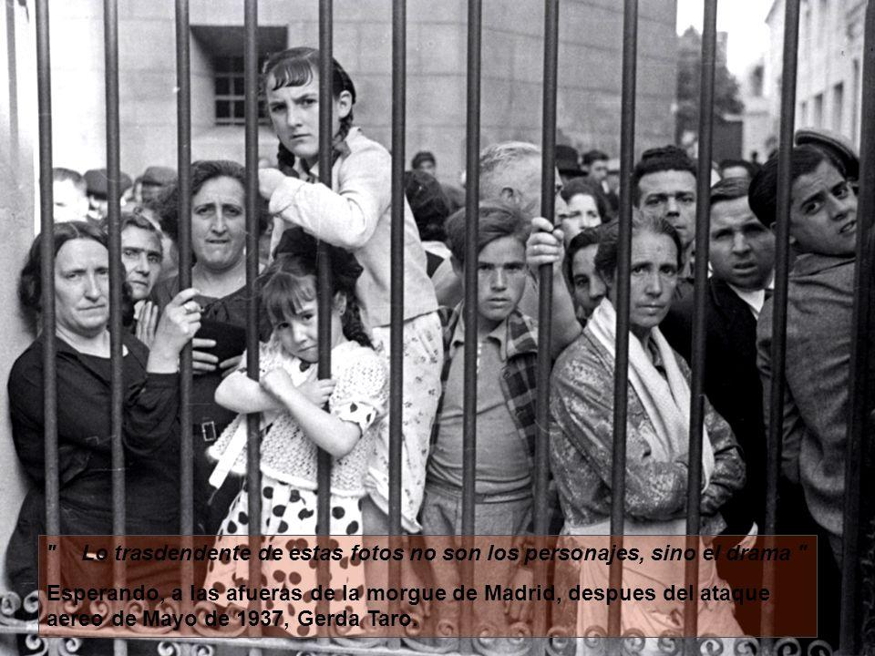 Lo trasdendente de estas fotos no son los personajes, sino el drama Esperando, a las afueras de la morgue de Madrid, despues del ataque aereo de Mayo de 1937, Gerda Taro.