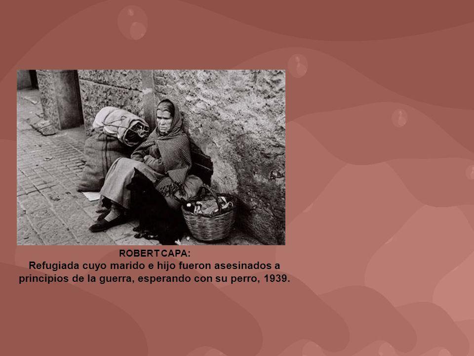 ROBERT CAPA: Refugiada cuyo marido e hijo fueron asesinados a principios de la guerra, esperando con su perro, 1939.
