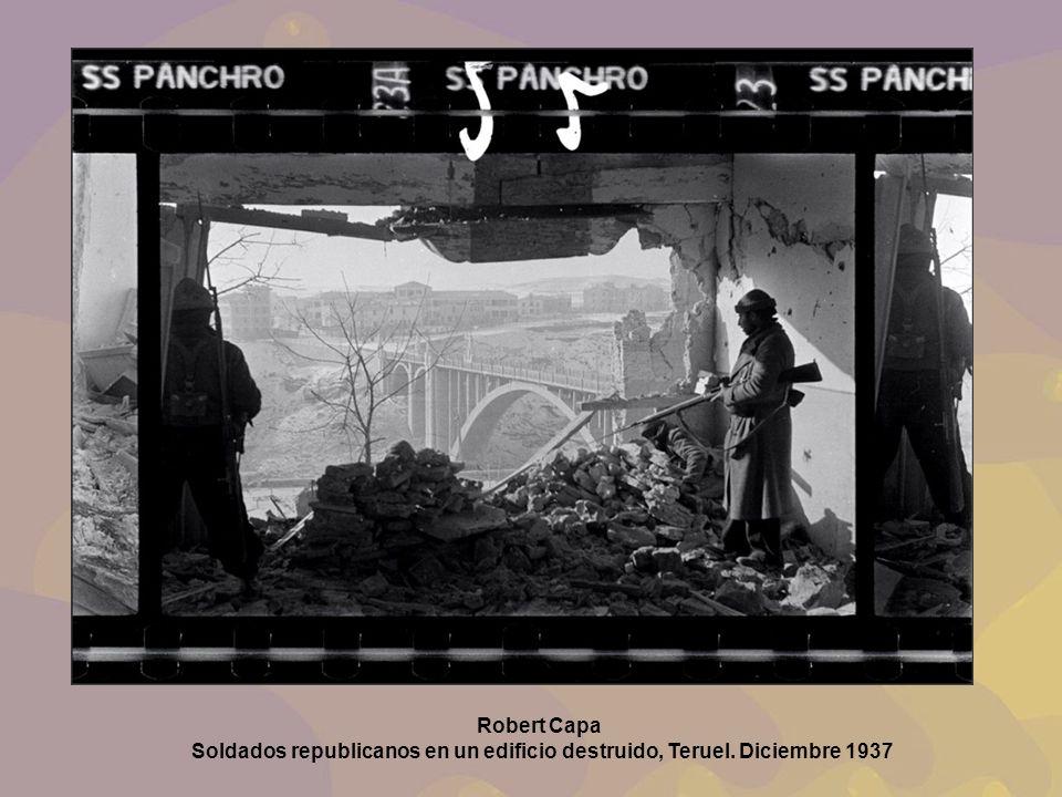Robert Capa Soldados republicanos en un edificio destruido, Teruel. Diciembre 1937