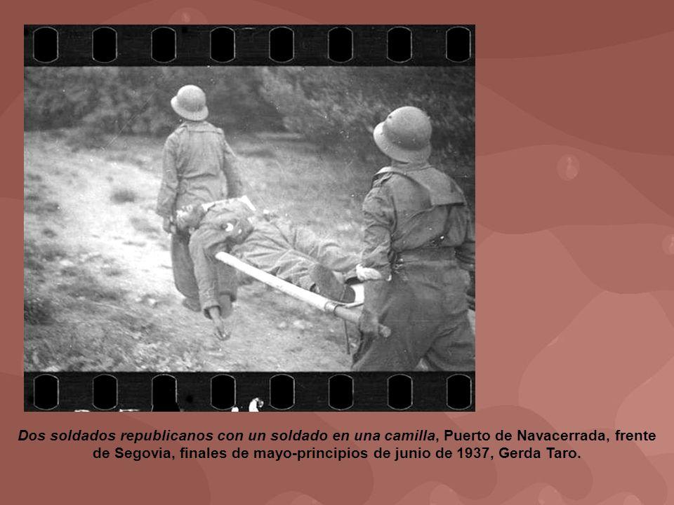 Dos soldados republicanos con un soldado en una camilla, Puerto de Navacerrada, frente de Segovia, finales de mayo-principios de junio de 1937, Gerda Taro.