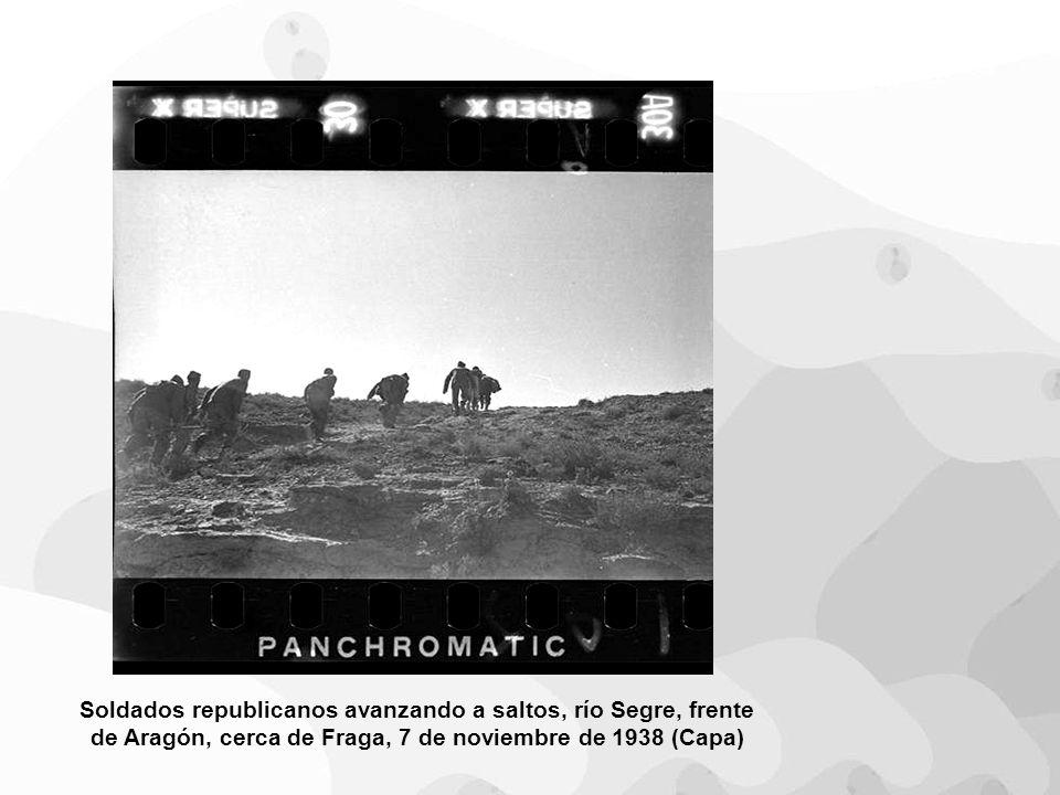 Soldados republicanos avanzando a saltos, río Segre, frente de Aragón, cerca de Fraga, 7 de noviembre de 1938 (Capa)