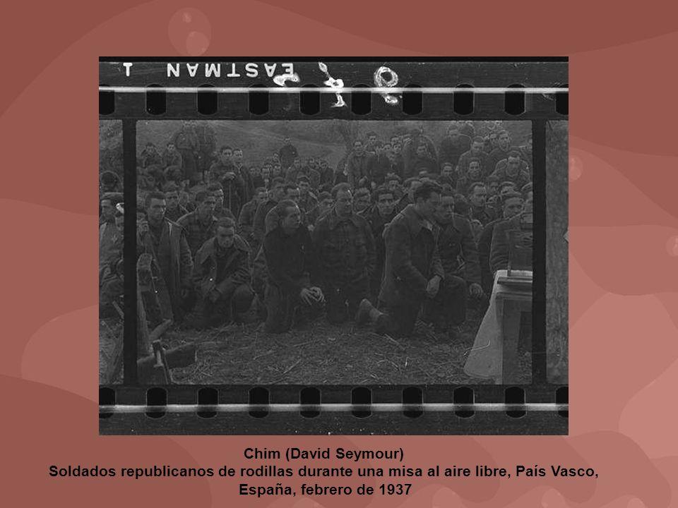 Chim (David Seymour) Soldados republicanos de rodillas durante una misa al aire libre, País Vasco, España, febrero de 1937