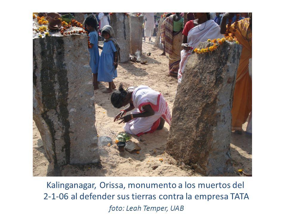 Kalinganagar, Orissa, monumento a los muertos del 2-1-06 al defender sus tierras contra la empresa TATA foto: Leah Temper, UAB