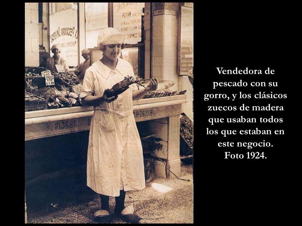 Pizza en La Boca, comiéndola a la vieja usanza, de pie y con un vino moscato o garnacha. Las pizzas no siempre fueron redondas. (Foto 1929)