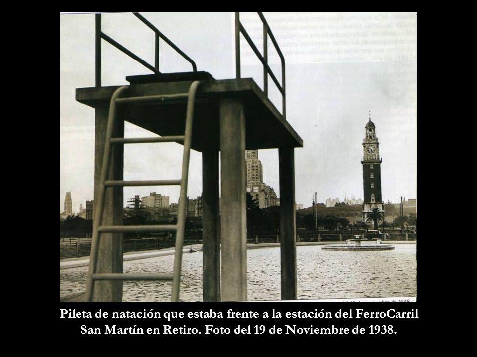 En manifestación. A fines de la década del 40, pasan frente a la Plaza Colón. Atrás se ve el edificio Libertador y el de la Aduana. Más atrás los puen