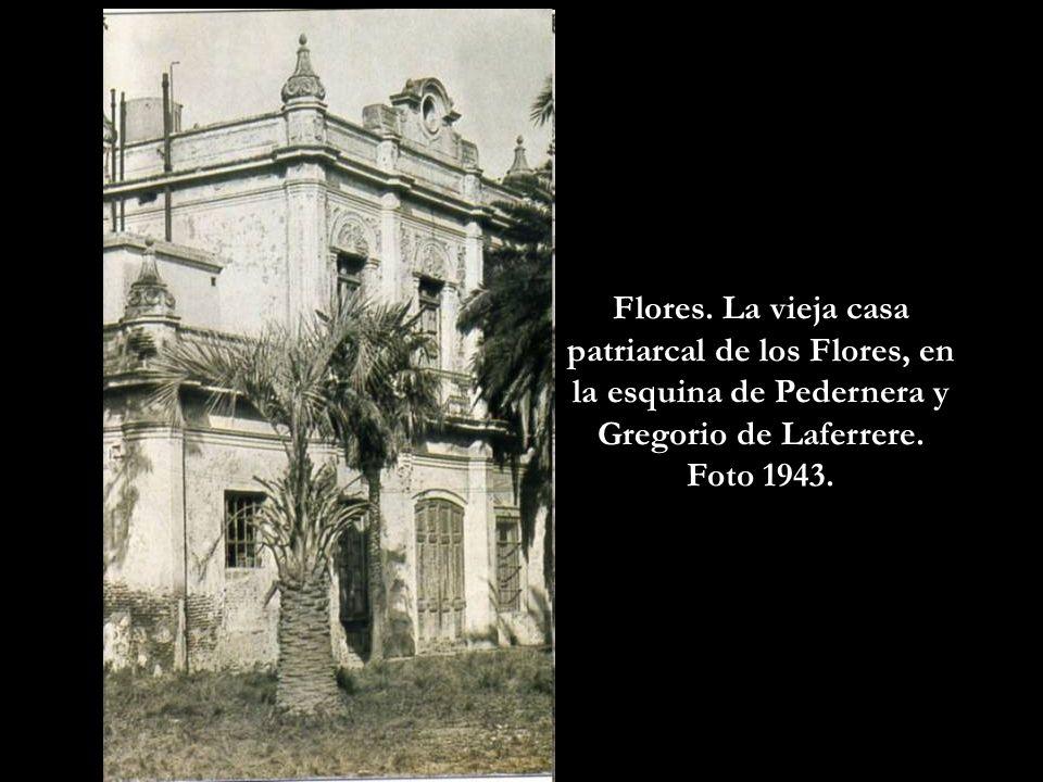 Villa Devoto. La avenida Francisco Beiró empedrada, con trolebuses y ómnibus Leyland. Foto 1958.