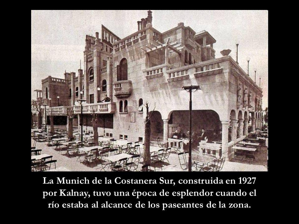 En manifestación.A fines de la década del 40, pasan frente a la Plaza Colón.