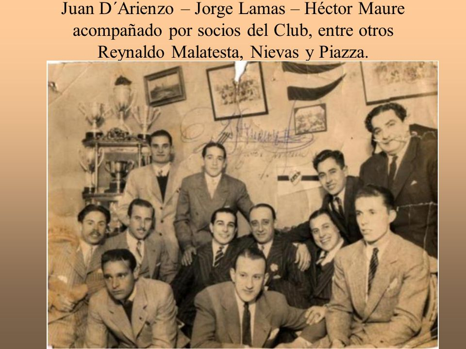 Juan D´Arienzo – Jorge Lamas – Héctor Maure acompañado por socios del Club, entre otros Reynaldo Malatesta, Nievas y Piazza.