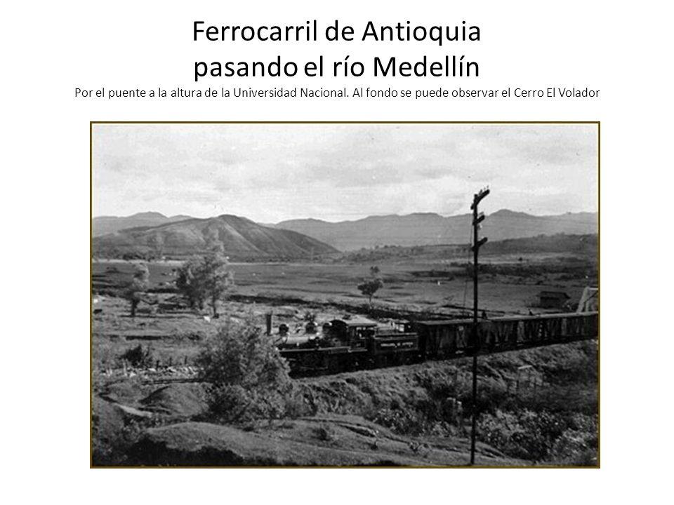 Ferrocarril de Antioquia pasando el río Medellín Por el puente a la altura de la Universidad Nacional. Al fondo se puede observar el Cerro El Volador