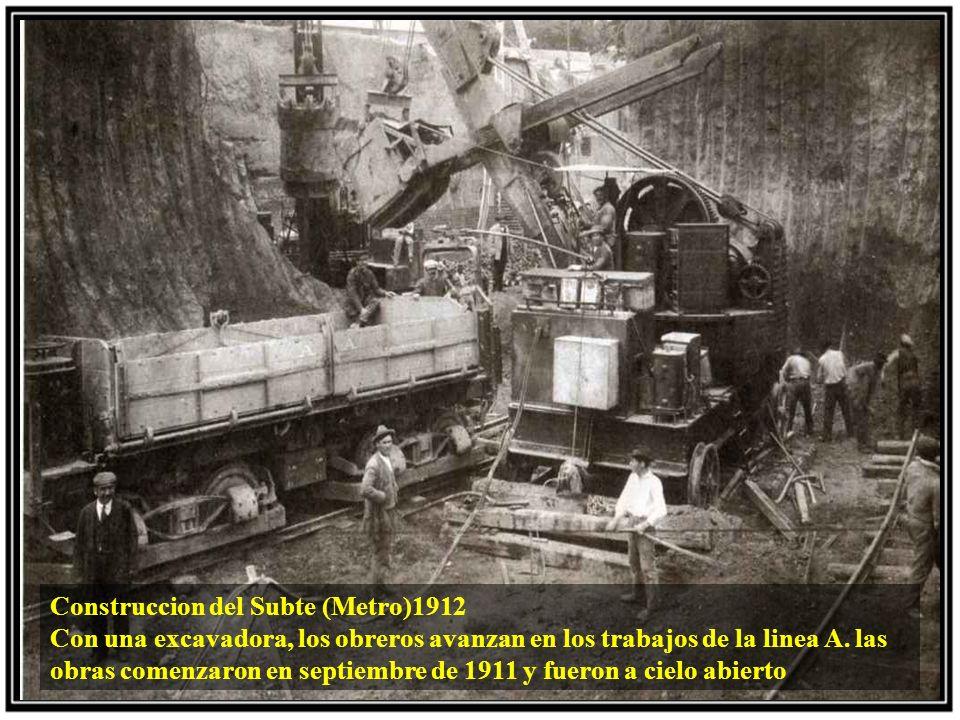 Construccion del Subte (Metro)1912 Con una excavadora, los obreros avanzan en los trabajos de la linea A.