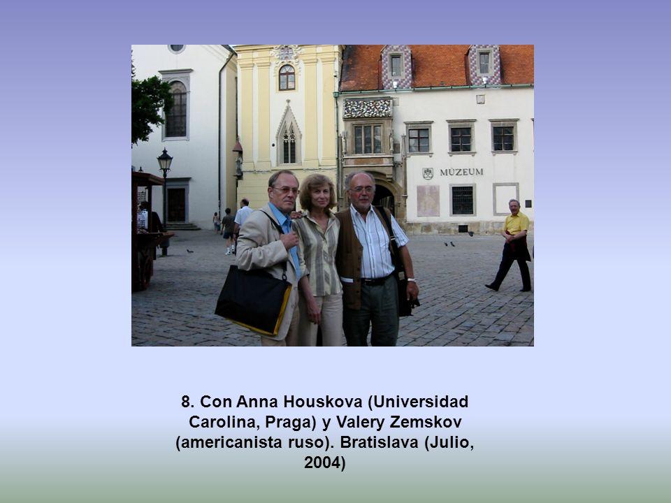 8. Con Anna Houskova (Universidad Carolina, Praga) y Valery Zemskov (americanista ruso). Bratislava (Julio, 2004)