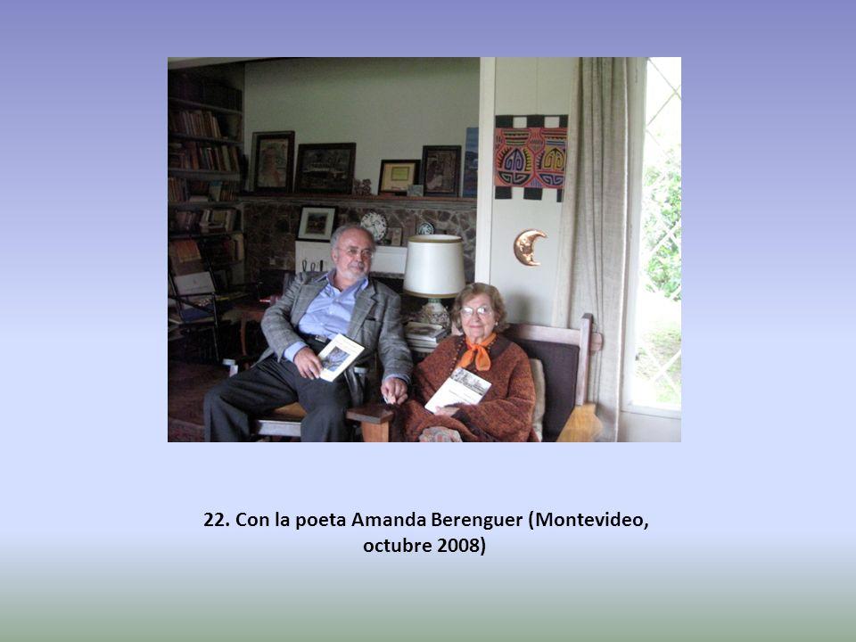 22. Con la poeta Amanda Berenguer (Montevideo, octubre 2008)
