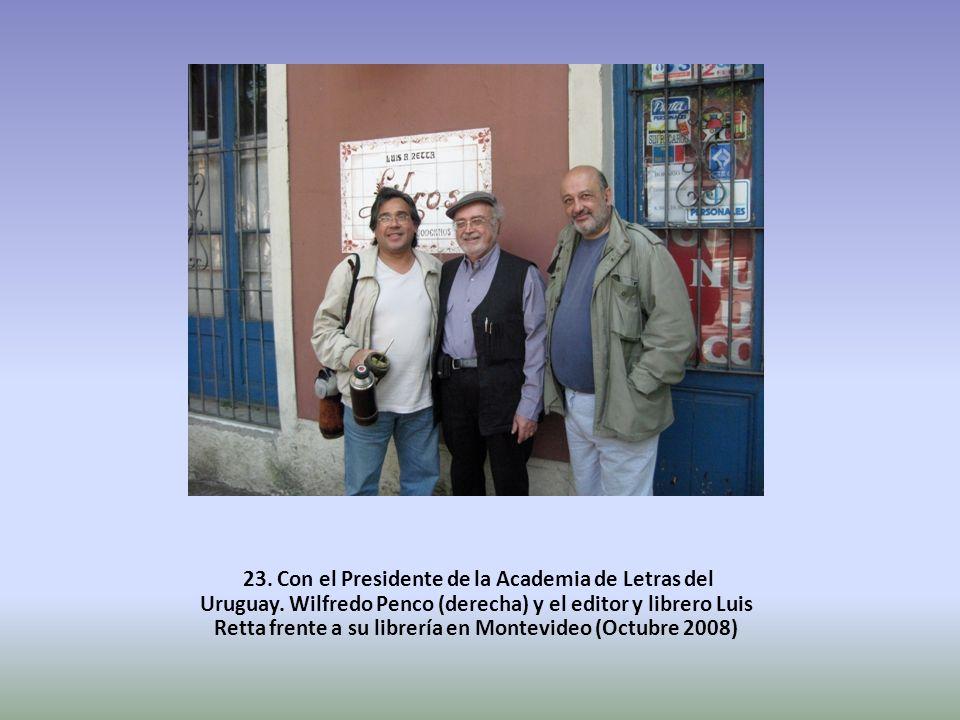 23. Con el Presidente de la Academia de Letras del Uruguay. Wilfredo Penco (derecha) y el editor y librero Luis Retta frente a su librería en Montevid