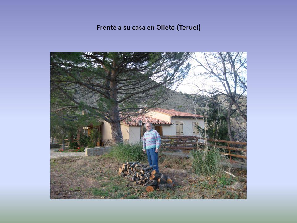 Frente a su casa en Oliete (Teruel)
