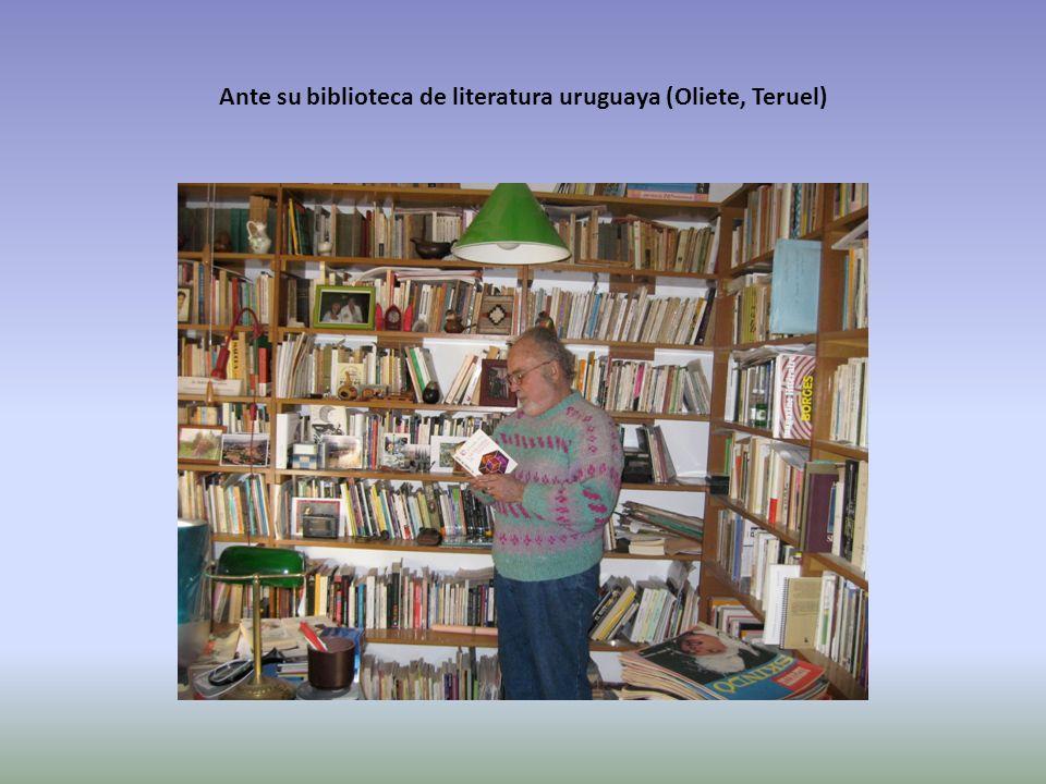 Ante su biblioteca de literatura uruguaya (Oliete, Teruel)