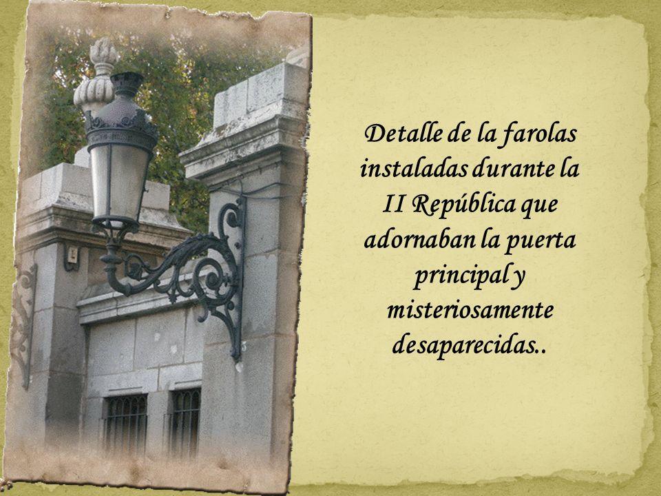 .. añadiéndose otras dos entradas en los laterales unidas a la puerta grande por pilares y arcos unidos por arcos de hierro y el escudo de Madrid