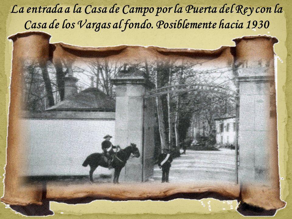 La foto mas antigua de la puerta es de principios de siglo. Sólo se ven dos pilastras de granito (las centrales) y ya se observa un muro curvo