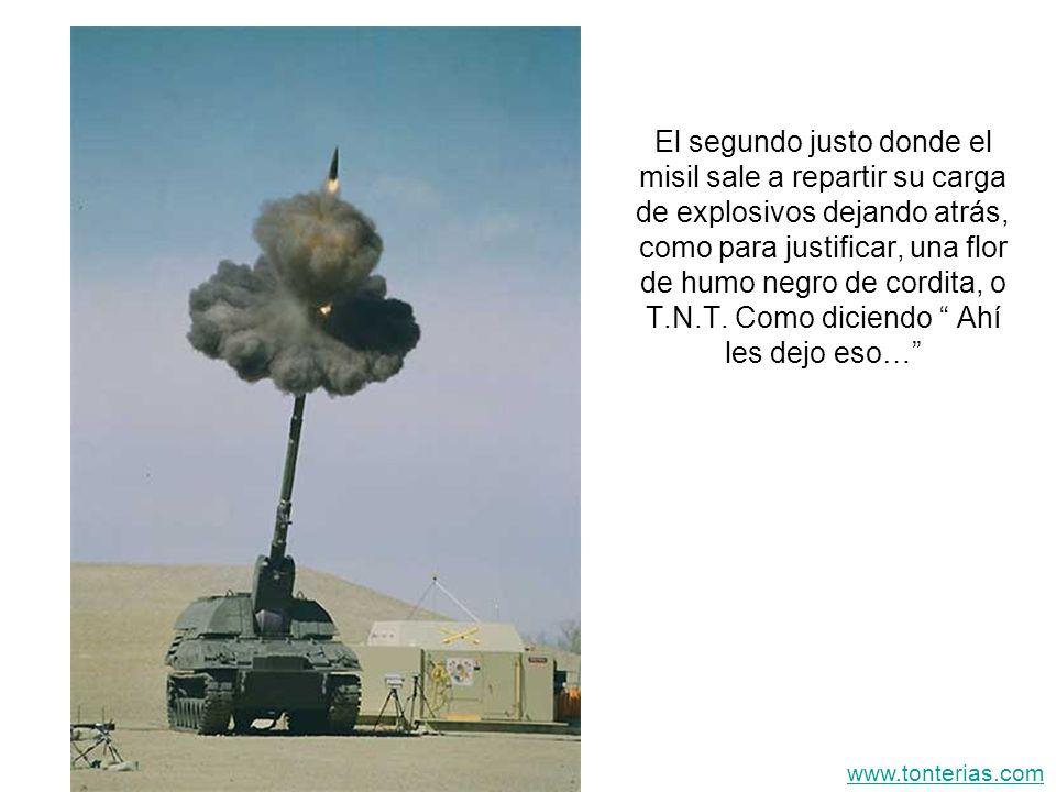 El segundo justo donde el misil sale a repartir su carga de explosivos dejando atrás, como para justificar, una flor de humo negro de cordita, o T.N.T