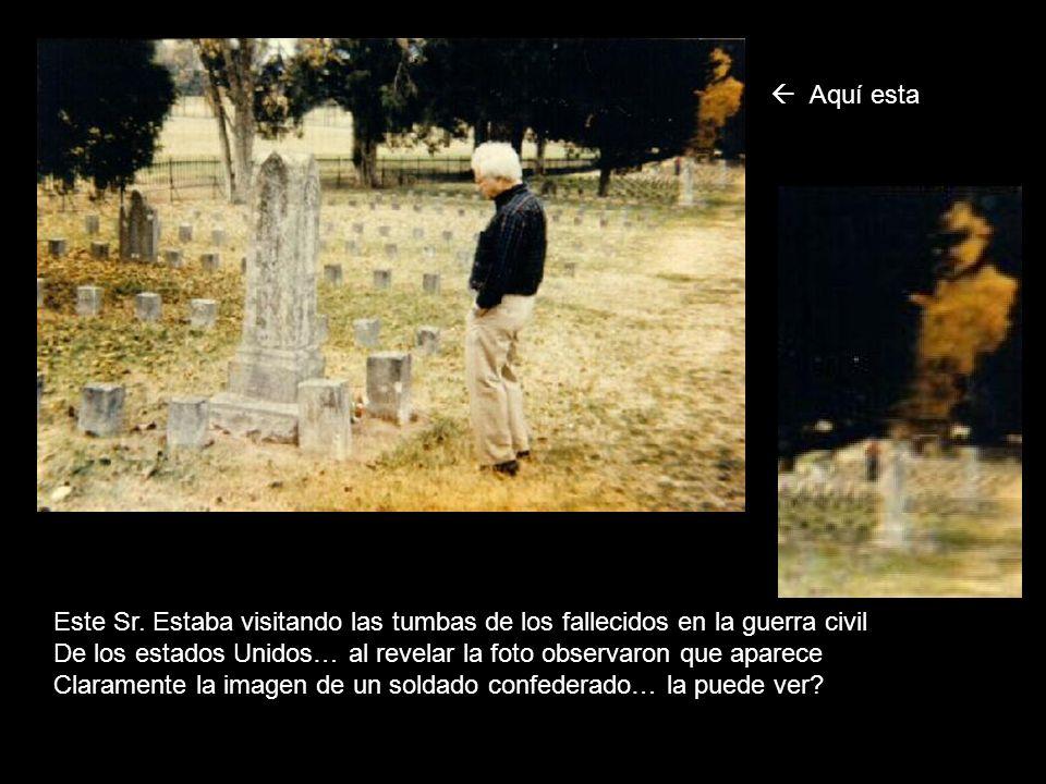 Este Sr. Estaba visitando las tumbas de los fallecidos en la guerra civil De los estados Unidos… al revelar la foto observaron que aparece Claramente
