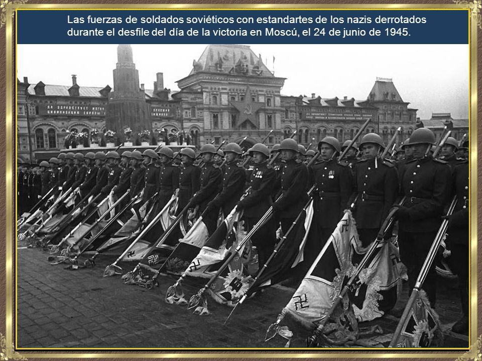 El general alemán Anton Dostler de la Wehrmacht es atado a una estaca antes de su ejecución por un pelotón de fusilamiento en Aversa, Italia, el 01/12/1945 El general, comandante del cuerpo de ejército 75, fue condenado a muerte por una Comisión militar de Estados Unidos en Roma por haber ordenado la ejecución de 15 prisioneros de guerra.