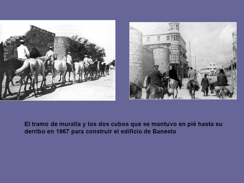 El tramo de muralla y los dos cubos que se mantuvo en pié hasta su derribo en 1967 para construir el edificio de Banesto